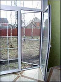 Деформация створки дешевого окна